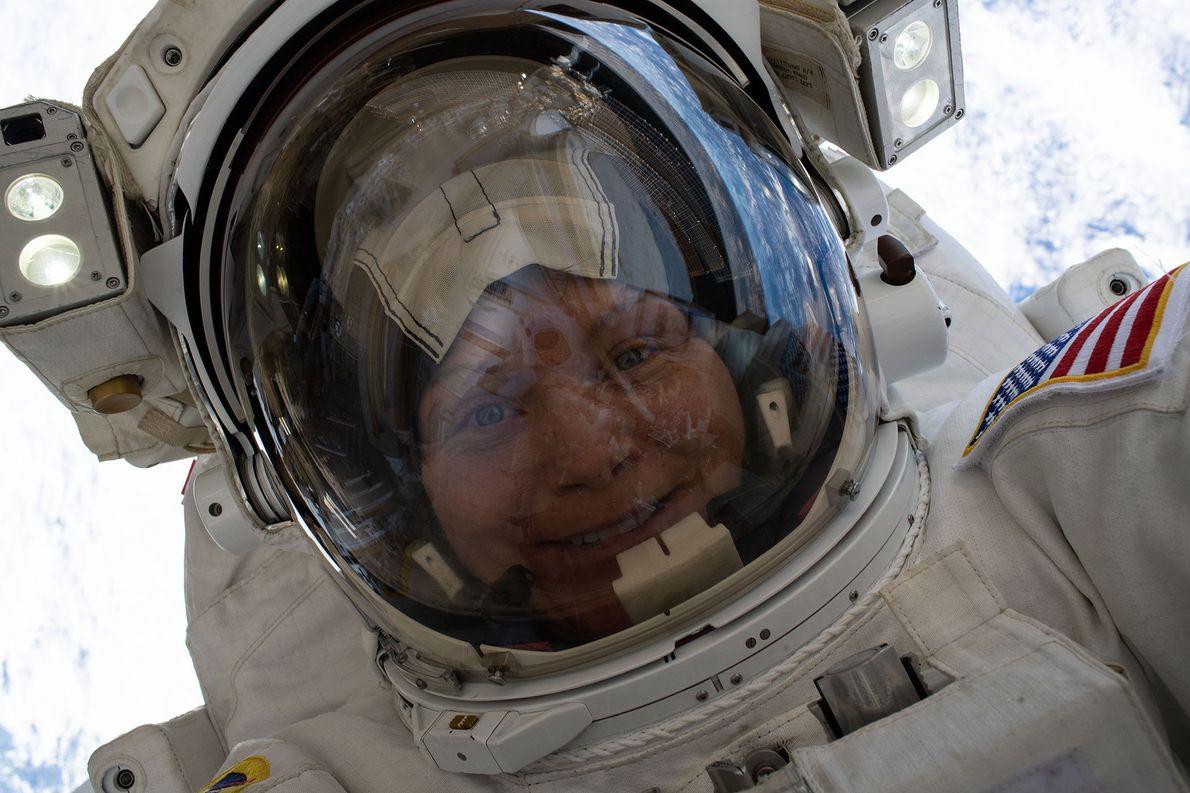 A astronauta Anne McClain tirou esta selfie espacial no dia 22 de março de 2019, 418 ...