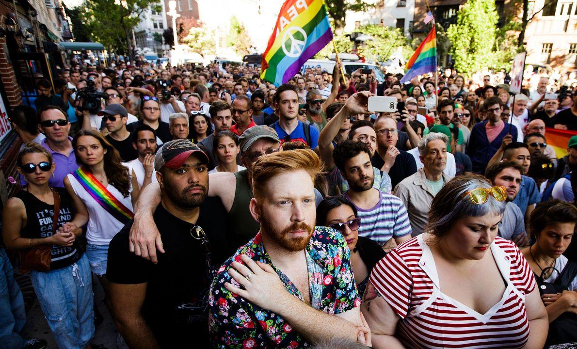 Várias pessoas concentram-se no exterior do bar The Stonewall Inn