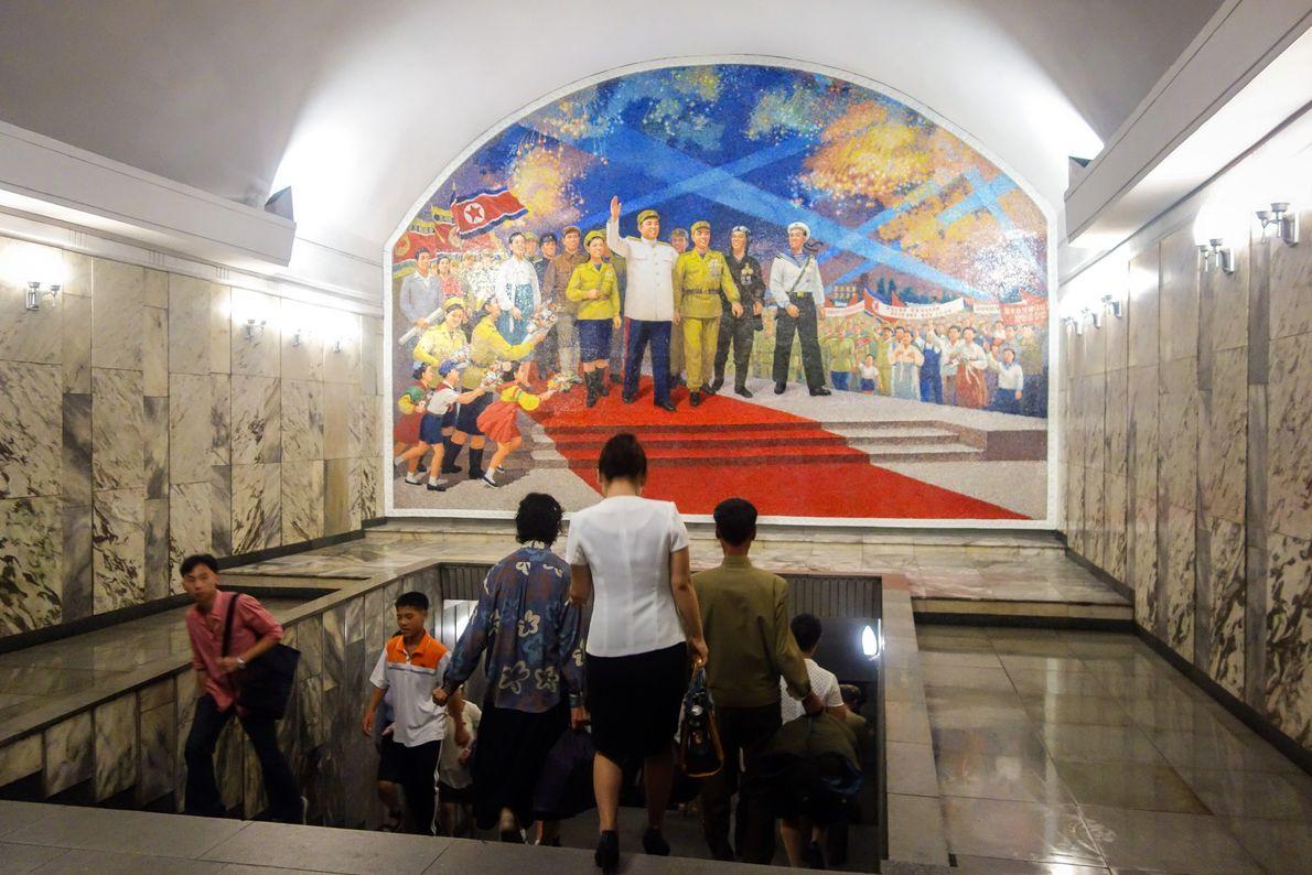 Os murais do metro de Pyongyang são jubilantes e patrióticos