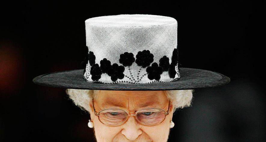 """""""Eu devo ser praticamente a única pessoa a usar sempre chapéu"""", escreveu a rainha ao chapeleiro ..."""
