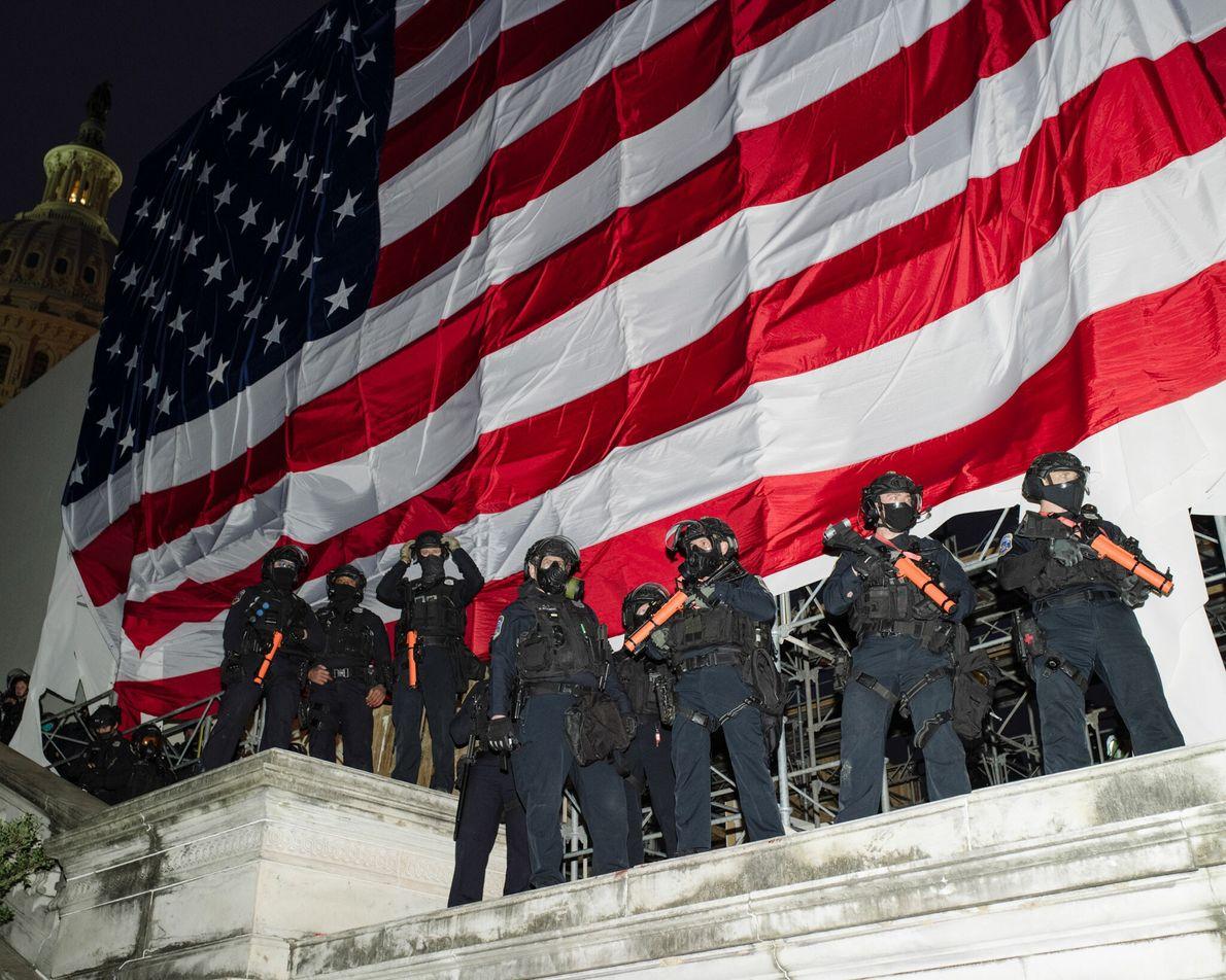 """Agentes do Departamento de Polícia Metropolitana de Washington D.C. no Capitólio durante o comício """"Parem o ..."""