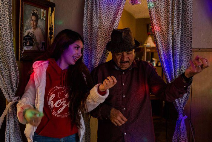 """Maleny Barba e o seu avô, Dagoberto Chávez, a """"tocar"""" uma música dos Beatles. Maleny, """"cheerleader"""" ..."""