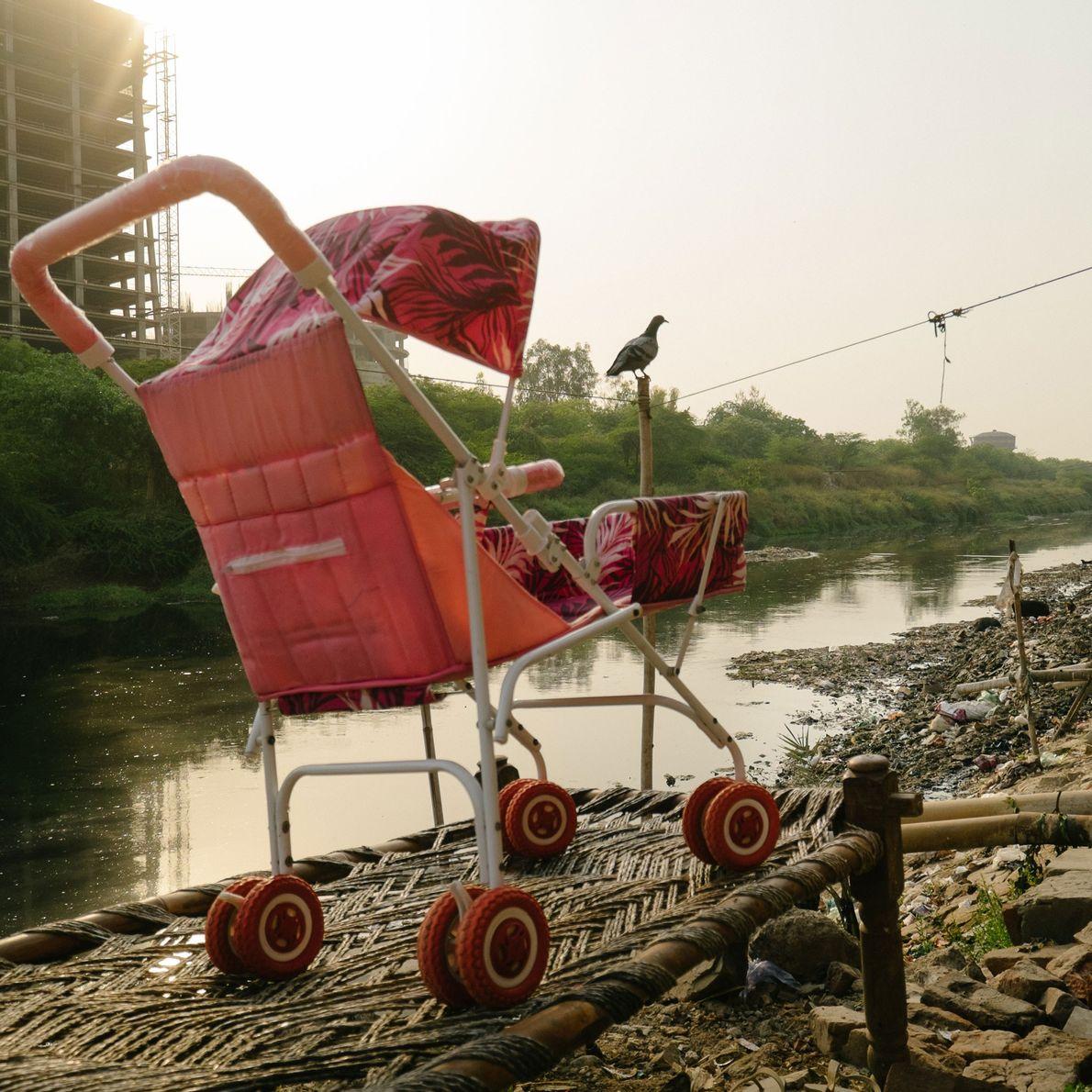 Fotografia de um carrinho de criança acabado de ser lavado