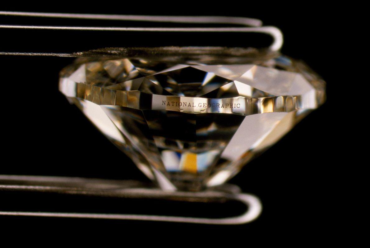 Esta fotografia de um diamante gravado apareceu num artigo de 2002 da National Geographic sobre a ...