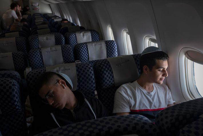 Os irmãos Gabriel e Netanel Zeitoun no voo de Paris para Telavive.