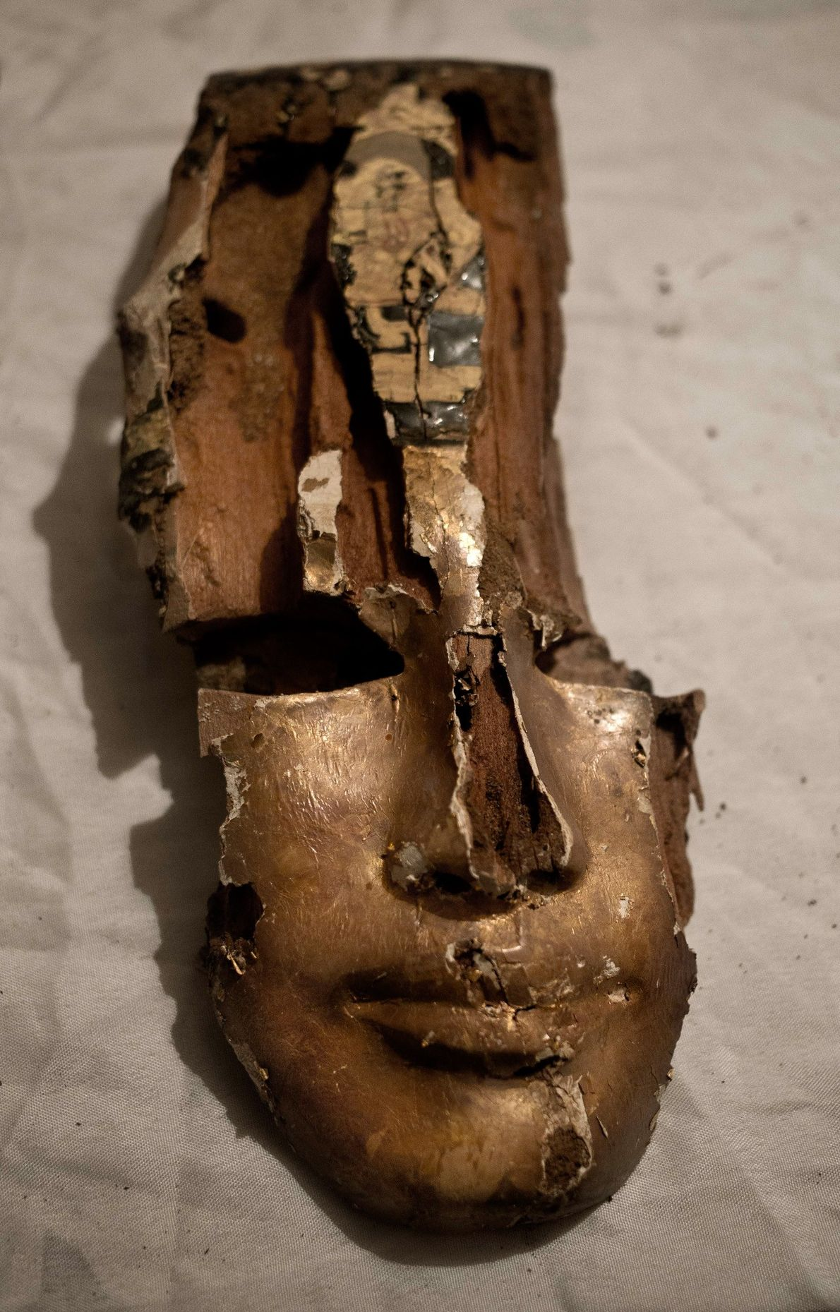 Fragmento de uma máscara mortuária dourada do antigo Egito