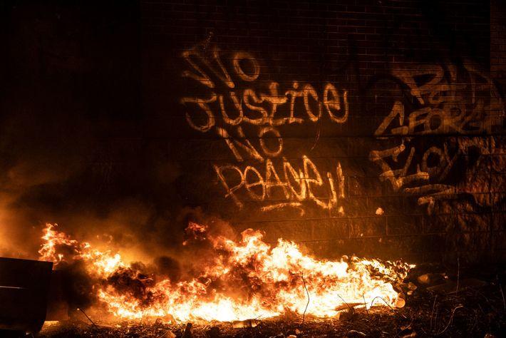 Grafíti que expressa apoio aos manifestantes nas paredes da 3ª Esquadra, enquanto esta ainda ardia nas ...