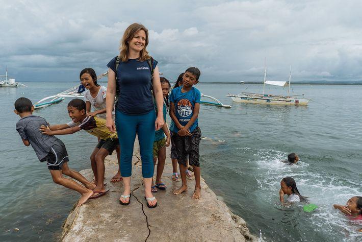Koldewey conhece as gentes da localidade de Bohol.