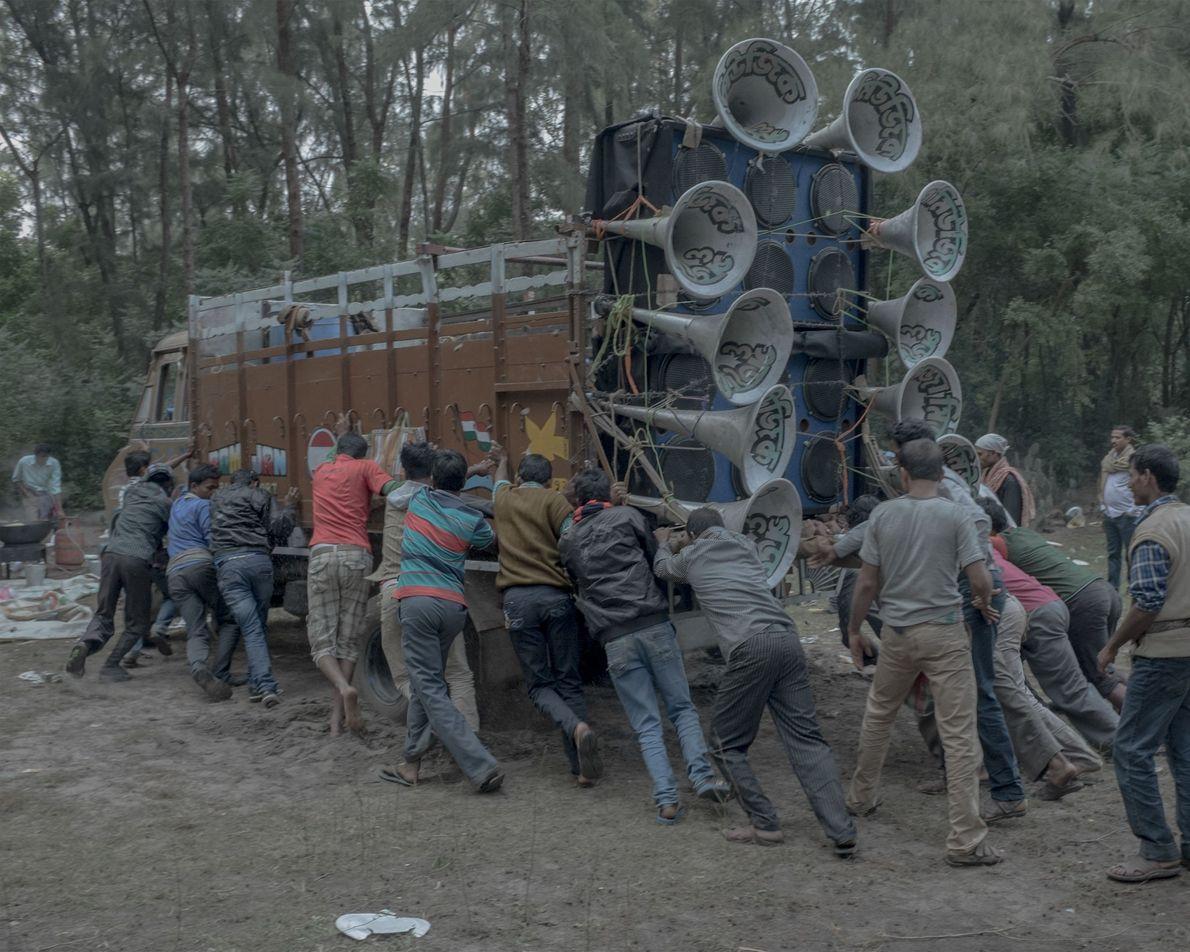 Um veículo pesado, carregado com um complexo sistema de som.