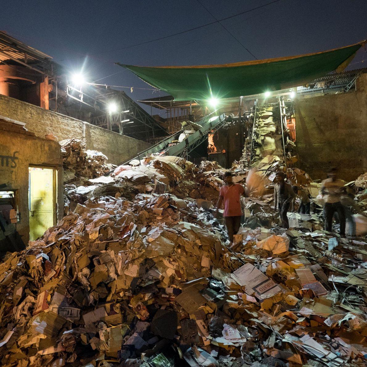 Fotografia da reciclagem de papel no sector 51, em Noida.