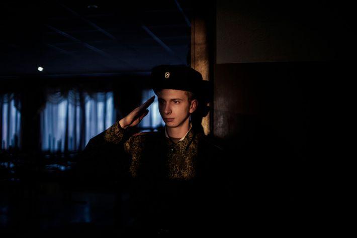 Um jovem cadete faz continência ao seu superior, no Liceu Militar Beregovoj, em Donetsk.