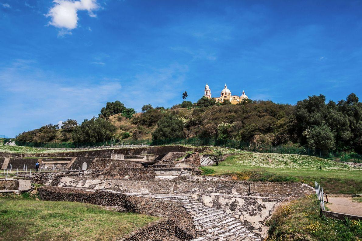 A pirâmide foi construída em finais do período clássico (600-900 D.C.) e o templo asteca foi ...