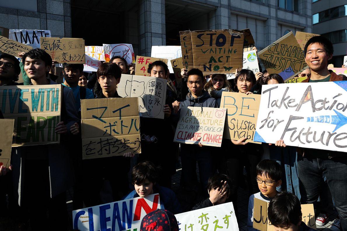 Os participantes no evento #FridaysForFuture, em Tóquio, no Japão, reuniram-se antes de começarem a sua greve ...