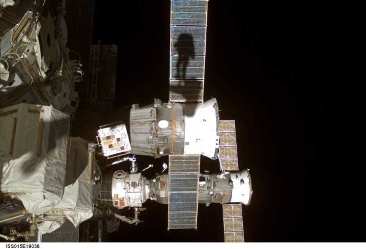 """Em 2013, o astronauta Clayton C. Anderson partilhou esta selfie """"sombria"""", tirada em 2007 durante uma ..."""