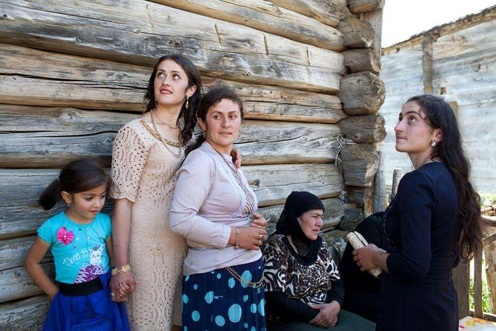 Imagem de mulheres e raparigas georgianas a celebrarem um noivado
