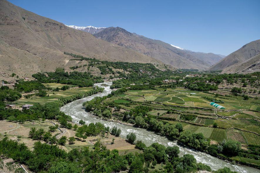 Cerca de 725 km a leste de Herat, na província de Panjshir, no nordeste do Afeganistão, ...