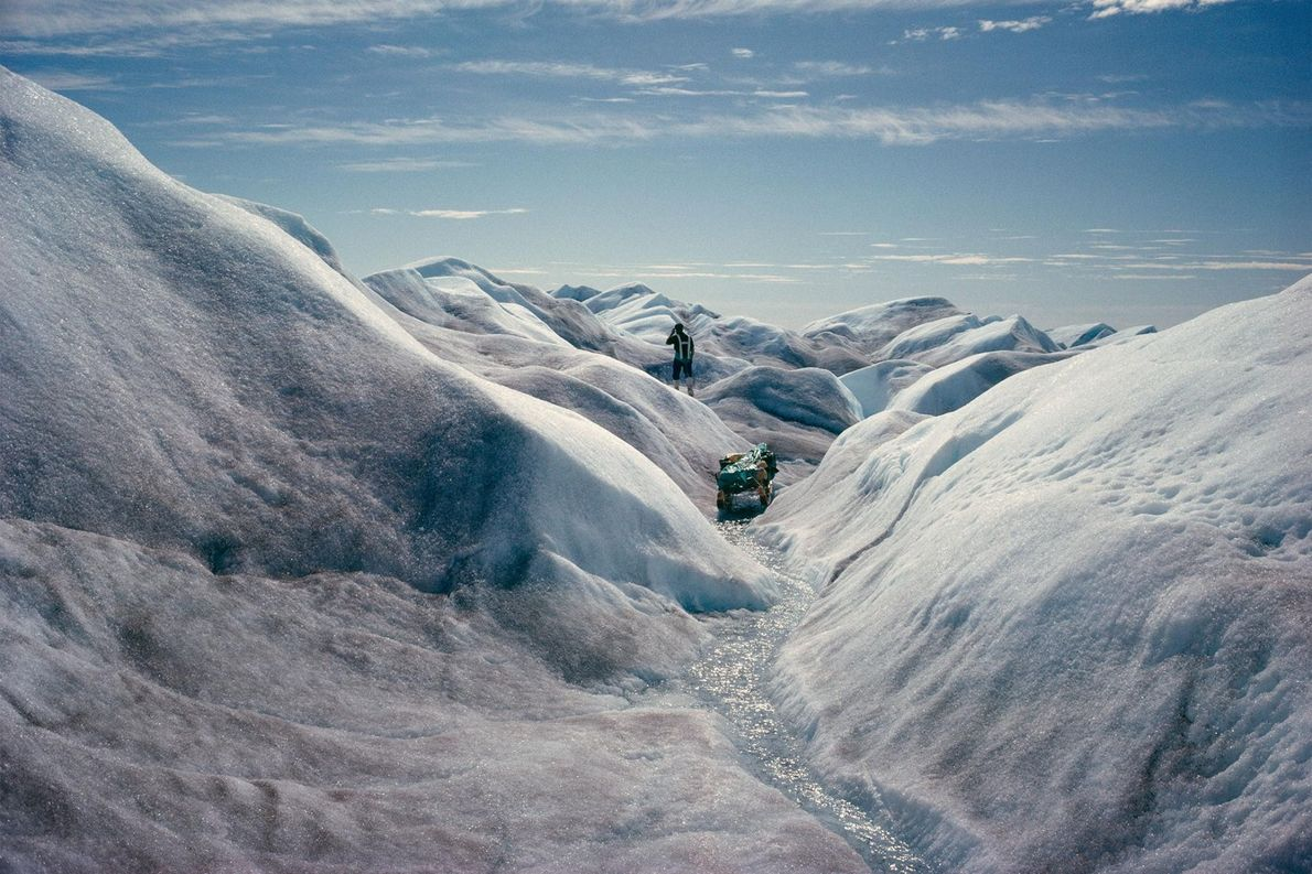 Gelo derretido abre um vale no calote de gelo, ao longo da rota da equipa de ...