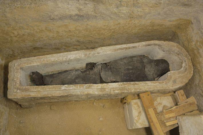 Este sacerdote, chamado Ayput, foi enterrado num sarcófago de pedra esculpido em forma de humano, um ...