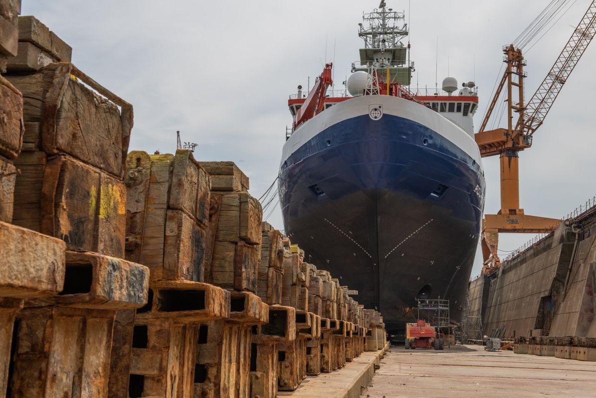 Manutenção do Polarstern em doca seca, antes de a embarcação iniciar a sua longa viagem ao ...
