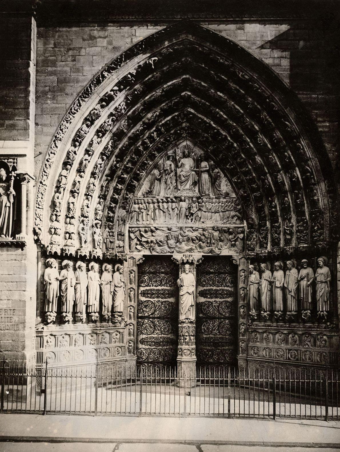 Pedra esculpida, na Portada do Julgamento de Notre-Dame, retrata os mortos a rastejar em direção ao ...