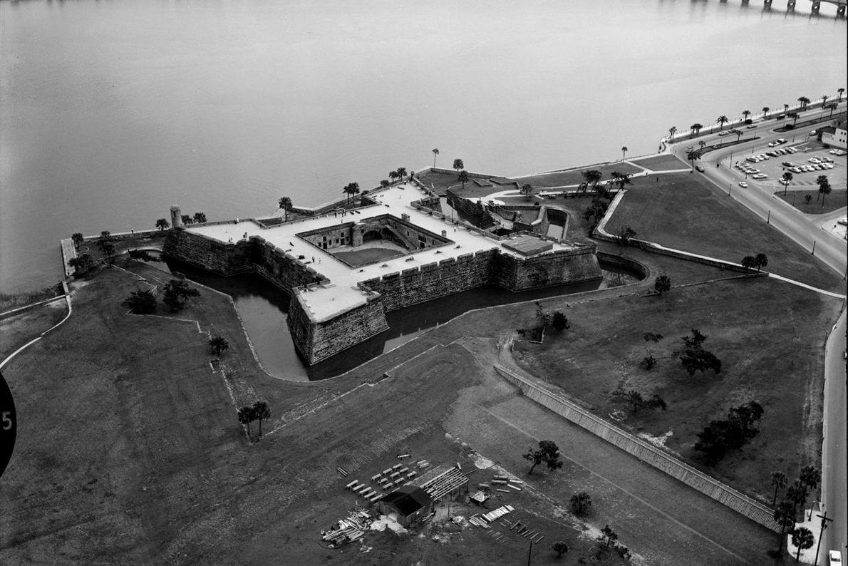 Uma fotografia aérea antiga mostra o Castillo de San Marcos, um forte construído em Saint Augustine, ...