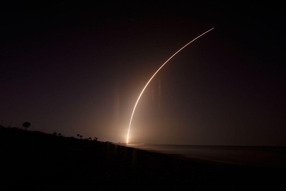 Nas primeiras horas da manhã do dia 25 de junho, um foguetão SpaceX Falcon Heavy rasgou ...