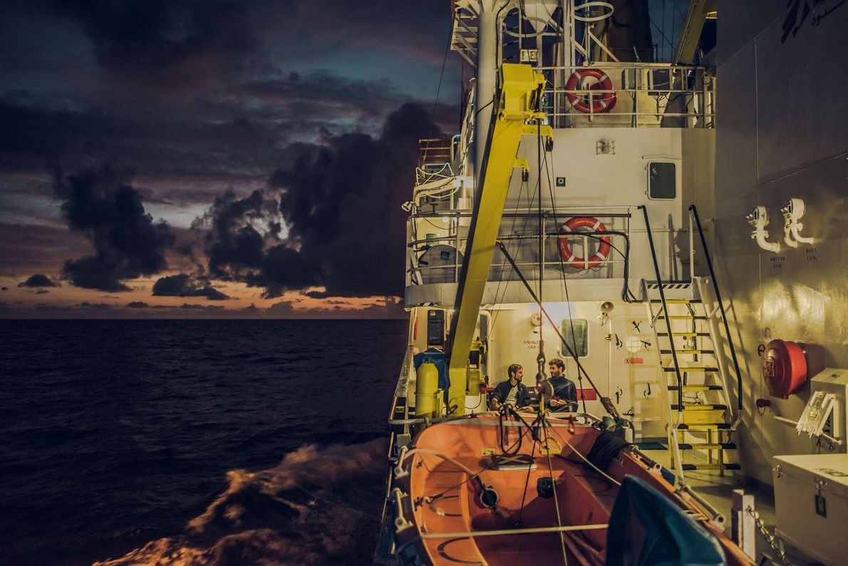 Elementos da equipa de resgate aproveitam os intervalos entre as operações de salvamento para descansar.