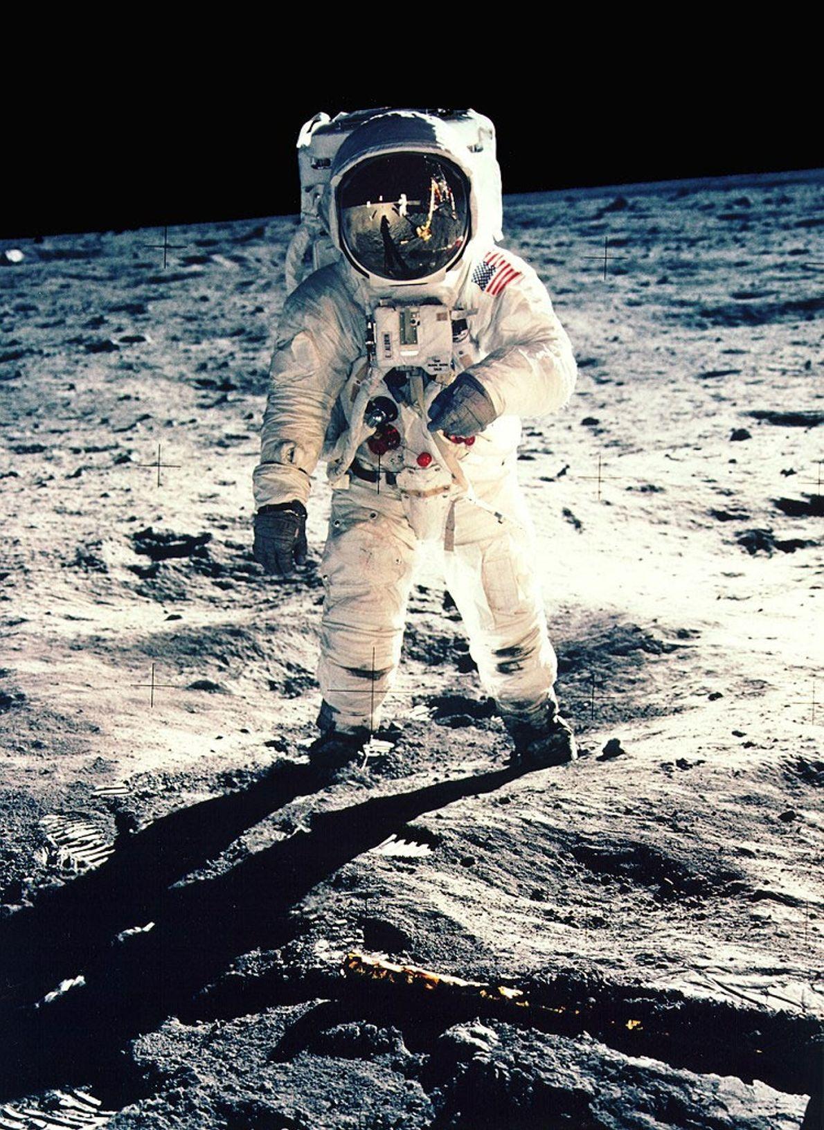 Em 1969, durante a missão da Apollo 11, o astronauta Neil Armstrong tirou uma selfie que ...