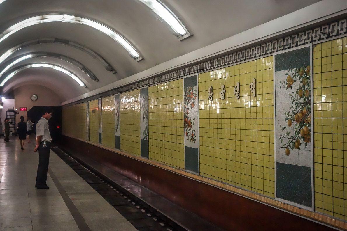 """A estação """"Golden Soil"""" tem murais com frutas e vegetais"""