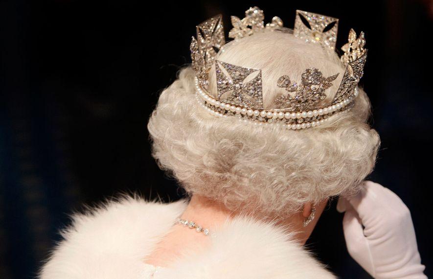 A rainha em 2007, deixando o State Opening of Parliament, resplande em arminho com o seu ...