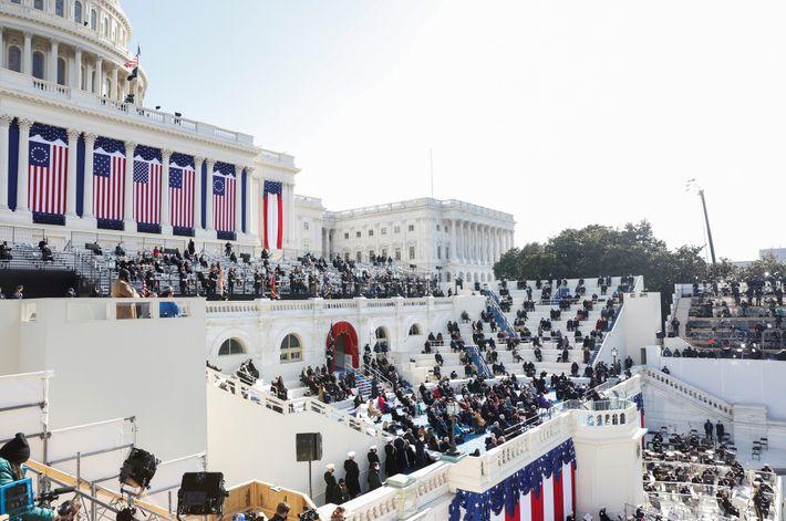 Enquanto Biden discursa após tomar posse, as escadarias do Capitólio dos EUA estão escassamente preenchidas com ...