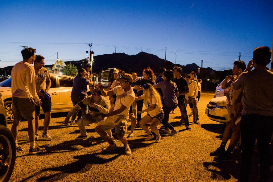 """Alunos a dançar no parque de estacionamento da escola Bowie durante o evento """"Senior Sunset"""", um ..."""