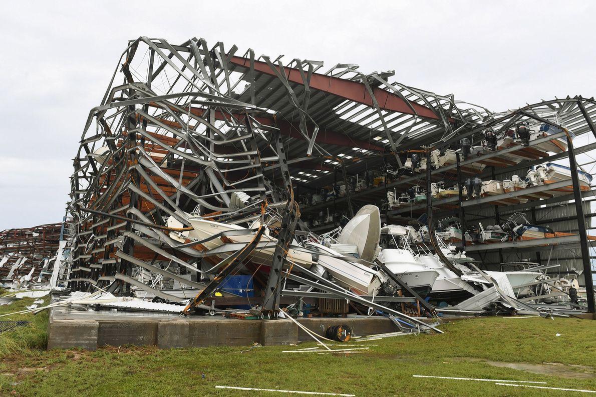 Um armazém de barcos destruído