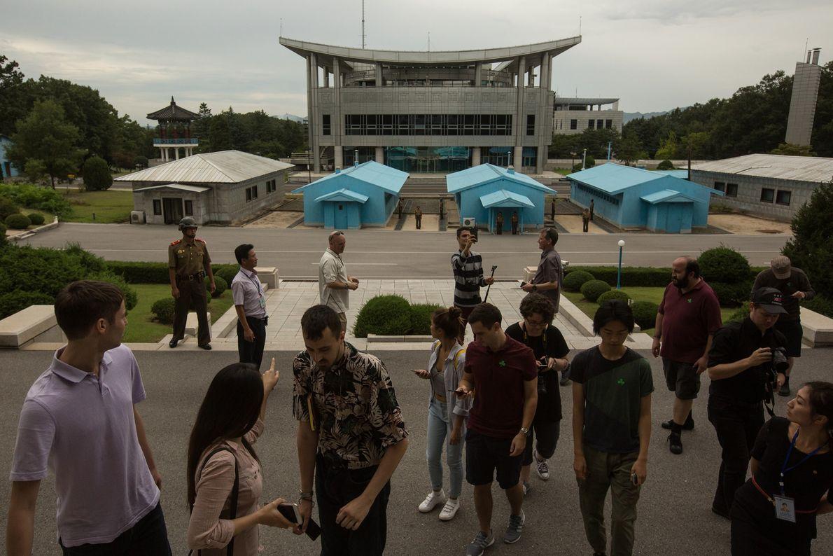 Turistas na zona desmilitarizada em Panmunjom, na Coreia do Norte