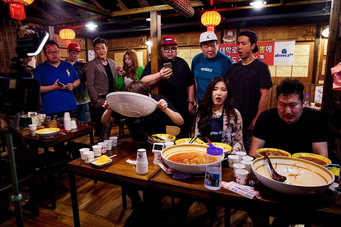 Live streamers de Mukbang devoram tigelas de massa picante, num restaurante em Seul, na Coreia do ...