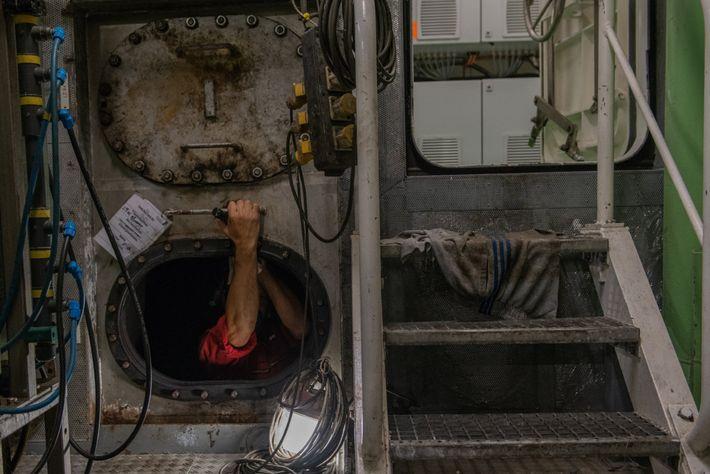 Um trabalhador a fazer a manutenção dos tanques de combustível do Polarstern. O Polarstern é um ...