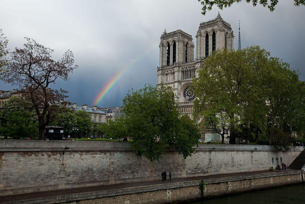 Um arco-íris junto a Notre-Dame.