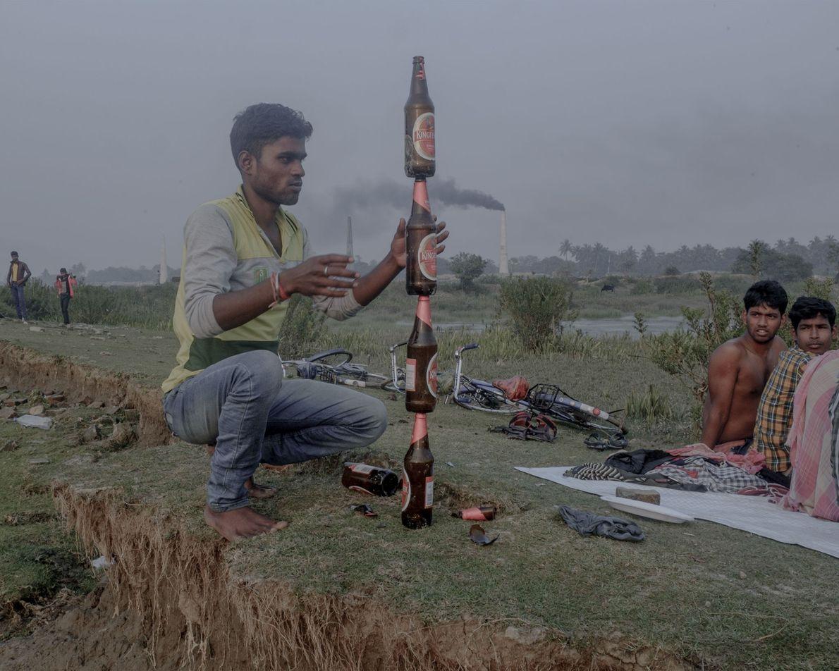 Um grupo faz um piquenique numa zona poluída.