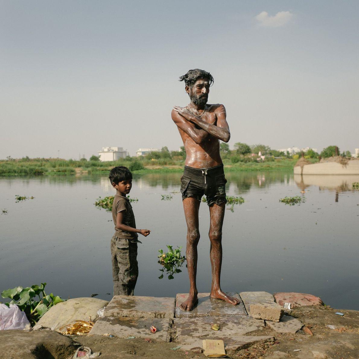 Fotografia de Nazir, que recicla despojos religiosos atirados da ponte