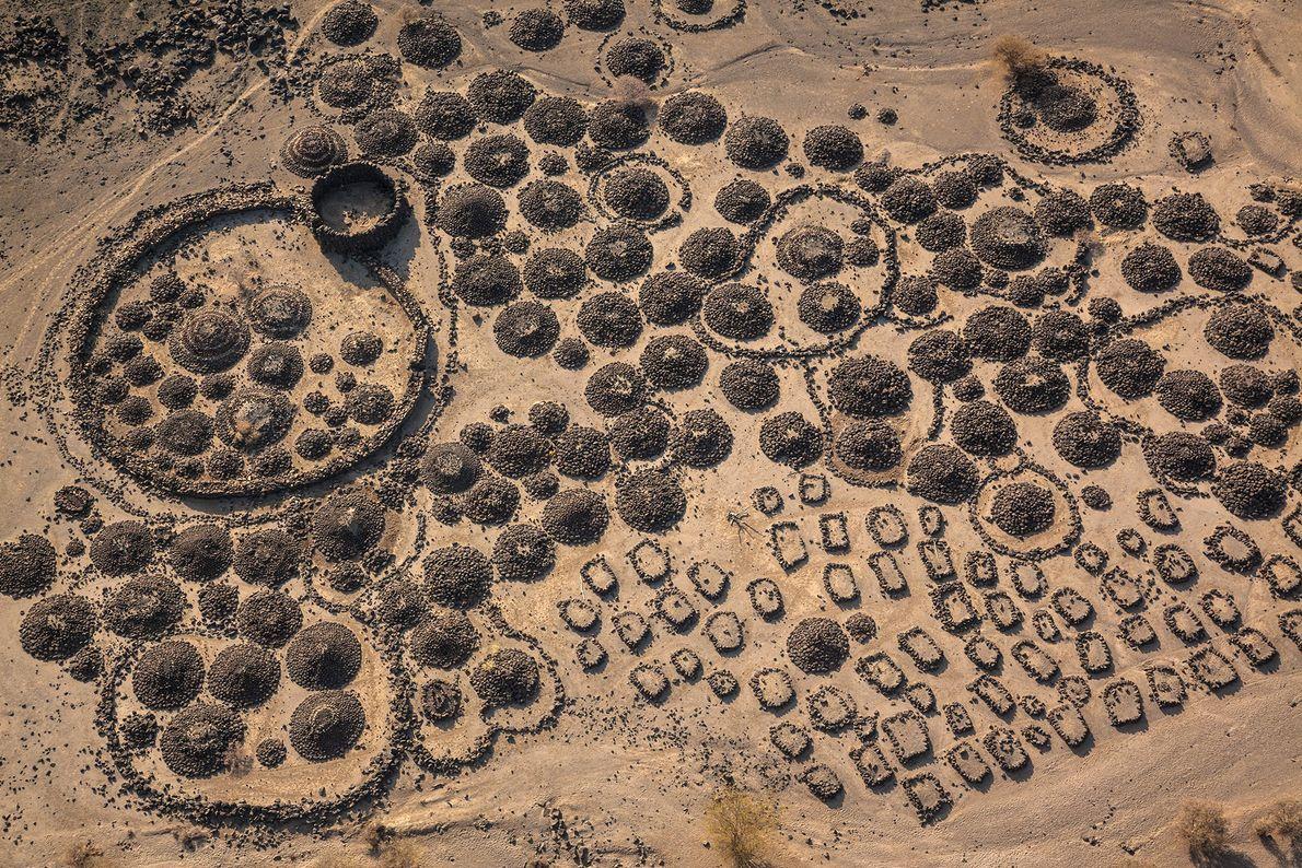 Cemitérios e acampamentos de nómadas Afari encontram-se entre fluxos de lava parcialmente enterrados em argila, perto ...