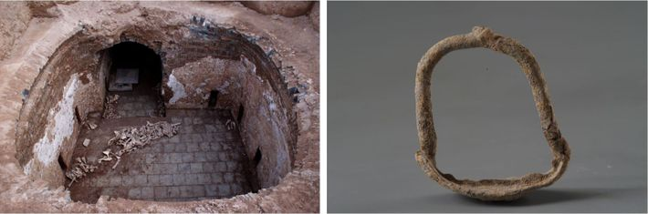Esquerda: Uma pilha de ossos de animais, com os restos de burros, foi descoberta pelos arqueólogos ...