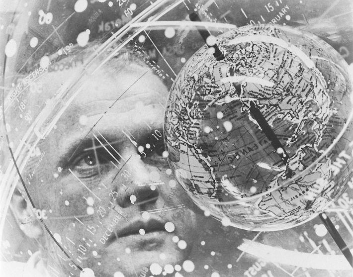 """John Glenn observa o """"globo dentro do globo"""" do Dispositivo de Treino Celeste."""