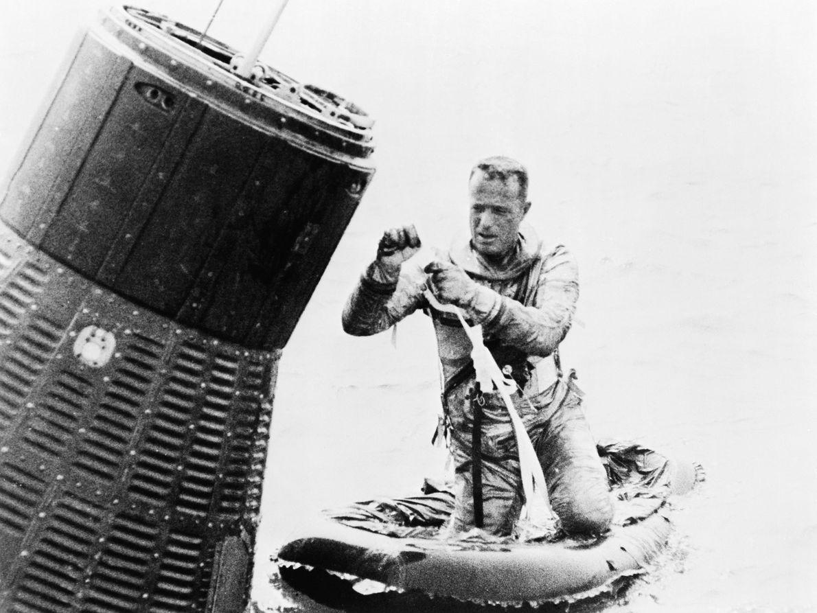 O astronauta Scott Carpenter testa o seu bote salva-vidas durante os treinos de saída da água, ...
