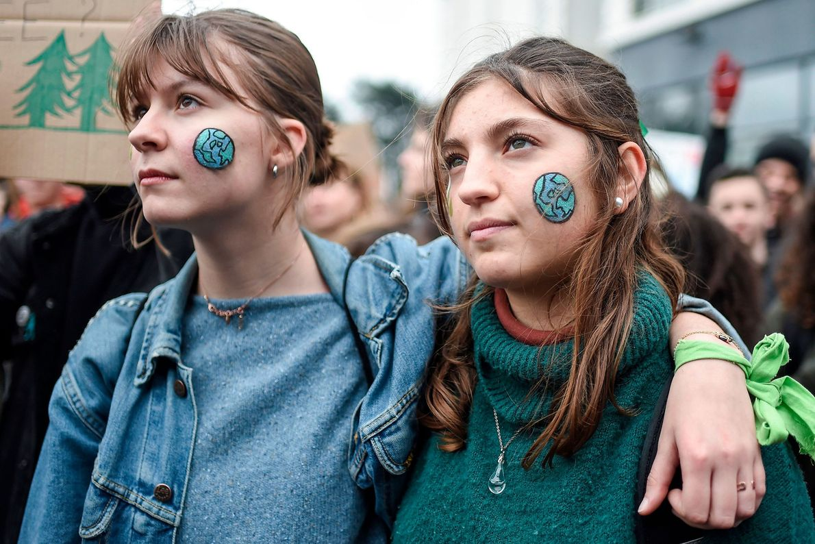 Em Nantes, França, alguns manifestantes pintaram o planeta Terra no rosto, durante a greve contra as ...