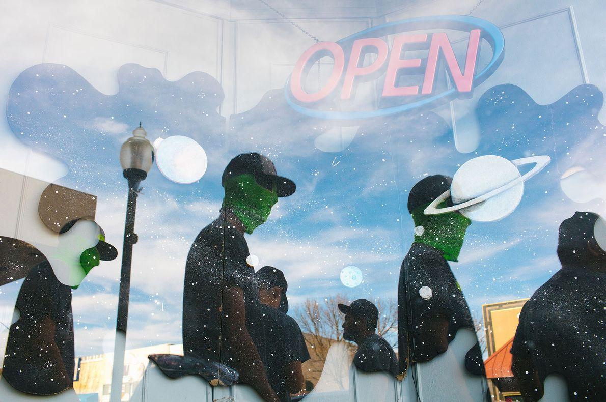 Estudantes do ensino secundário com máscaras de extraterrestres, em Roswell, no Novo México, durante as férias ...