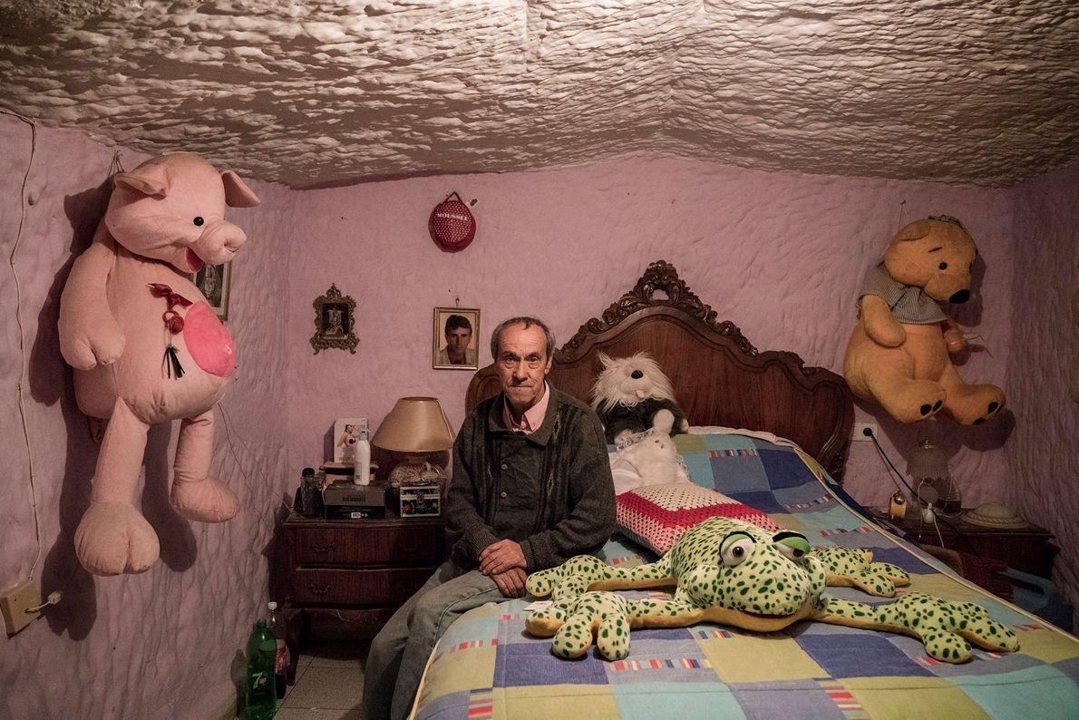 Tocuato Lopez nasceu nas grutas de Guadix e ali viveu durante toda a sua vida. Quando ...