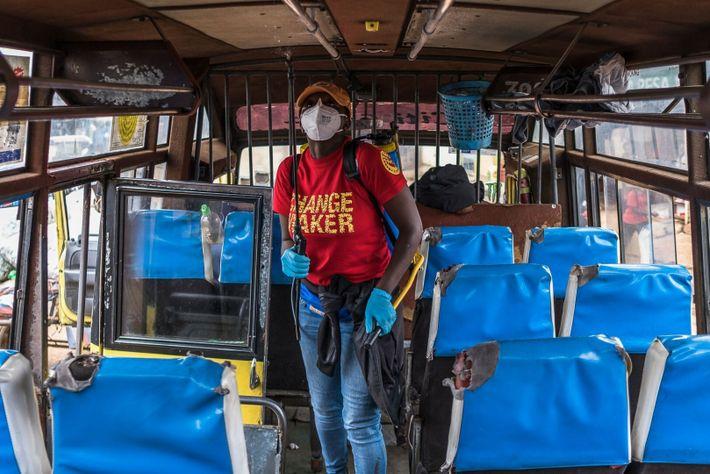 voluntária desinfeta um autocarro