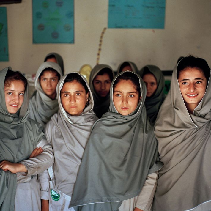 Alunas sunitas e xiitas estudam numa escola para raparigas em Minawar, uma vila perto de Gilgit, ...