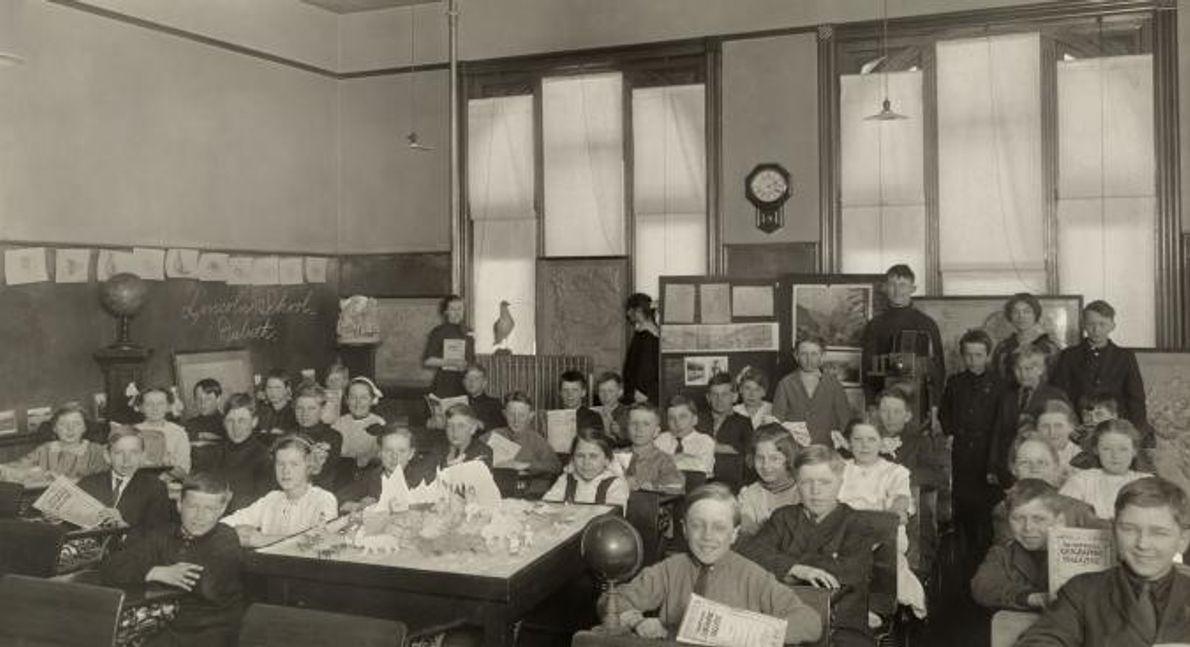 Jovens estudantes americanos posam para a fotografia em 1919.