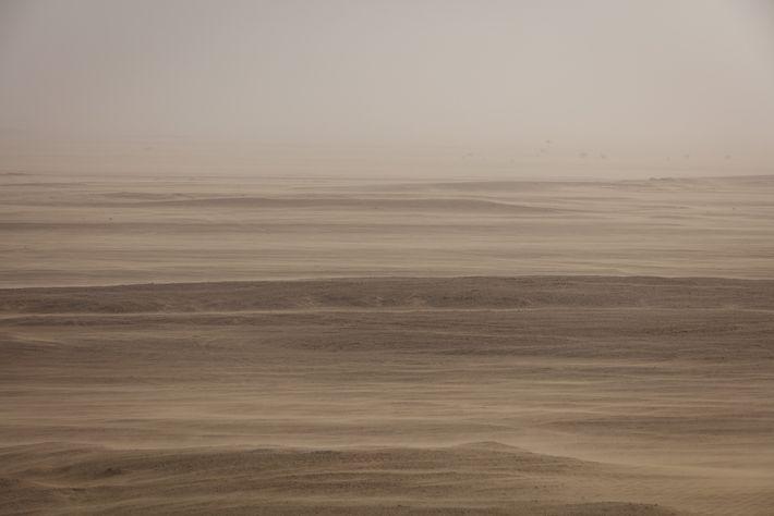 Uma tempestade de areia tinge o céu sobre a região de Dhofar, em Omã, pintando os ...